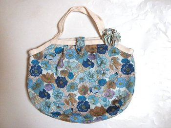 _H-CottonTwillDianaGrannyBagWithBrooch-AntiqueFlowersBlue_1.jpg
